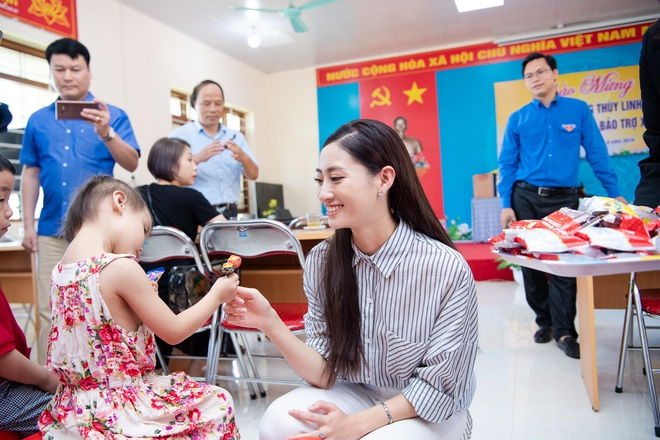 Hoa hau Thuy Linh ve Cao Bang, duoc to chuc sinh nhat o san truong hinh anh 7