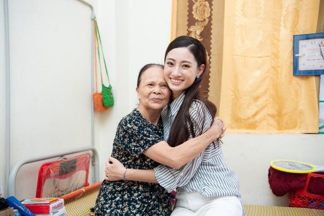 Hoa hau Thuy Linh ve Cao Bang, duoc to chuc sinh nhat o san truong hinh anh 8