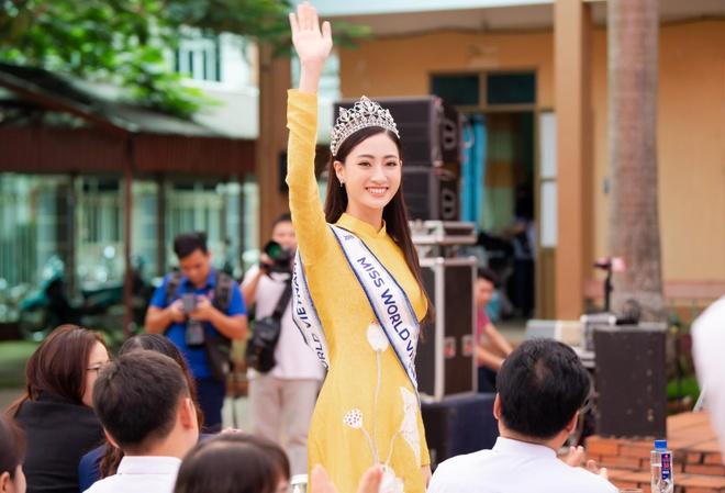 Hoa hau Thuy Linh ve Cao Bang, duoc to chuc sinh nhat o san truong hinh anh 1