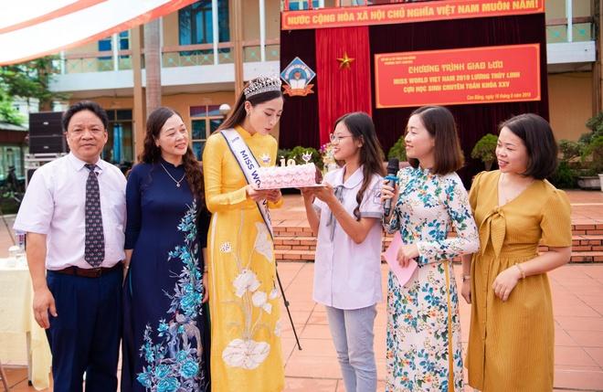 Hoa hau Thuy Linh ve Cao Bang, duoc to chuc sinh nhat o san truong hinh anh 5