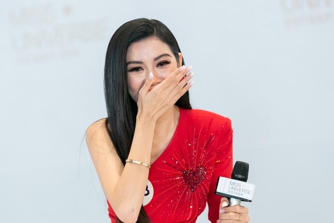 Thuy Van khoc khi giam khao hoi: 'Tai sao em xuat hien nhu mot celeb' hinh anh 1