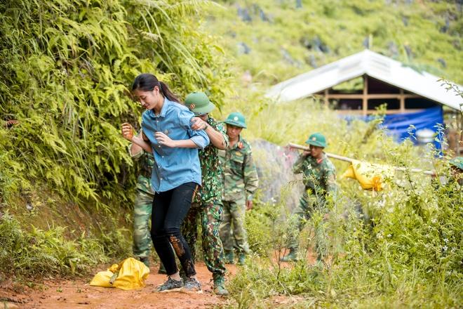 Hoa hau Luong Thuy Linh vap nga khi lam tu thien o vung cao hinh anh 1