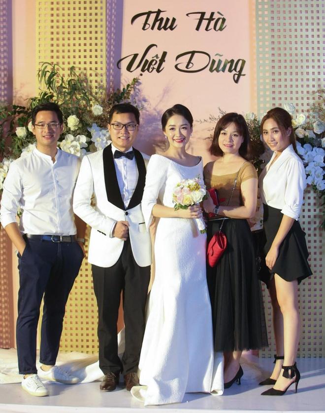 Mai Phuong Thuy den tre tiec cuoi BTV Thoi su Thu Ha hinh anh 9