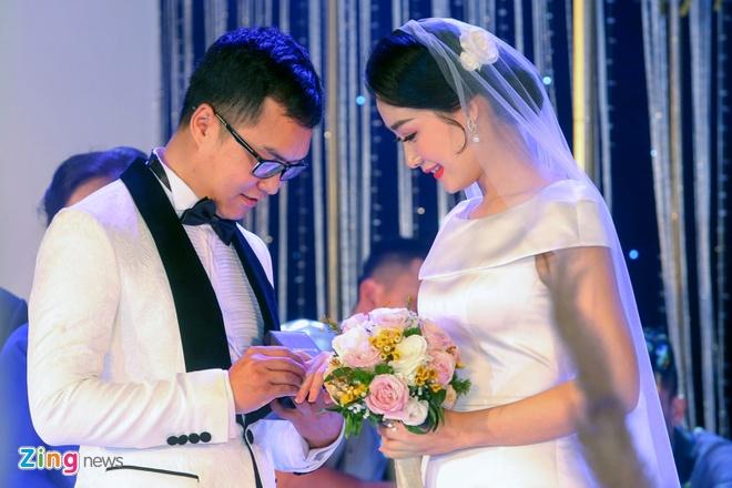 Mai Phuong Thuy den tre tiec cuoi BTV Thoi su Thu Ha hinh anh 7