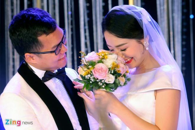 Mai Phuong Thuy den tre tiec cuoi BTV Thoi su Thu Ha hinh anh 1