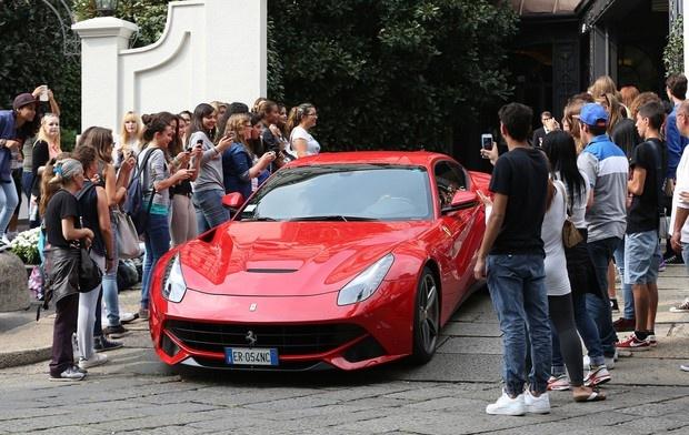 Sieu xe Ferrari cua Balotelli gay chu y tren duong pho Italy hinh anh