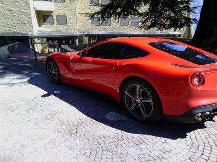 Sieu xe Ferrari cua Balotelli gay chu y tren duong pho Italy hinh anh 6