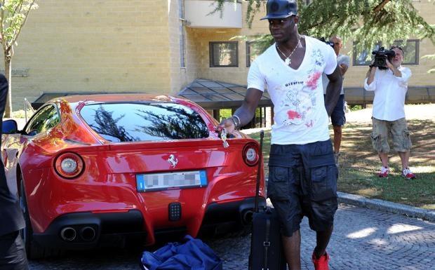 Sieu xe Ferrari cua Balotelli gay chu y tren duong pho Italy hinh anh 7