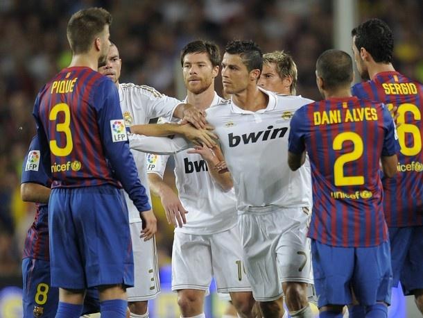 Cau thu Barca thi nhau khuyen Ronaldo 'cam mieng' hinh anh