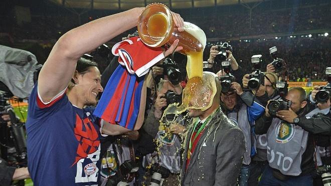 Cau thu Bayern tam bia an mung cu dup danh hieu hinh anh