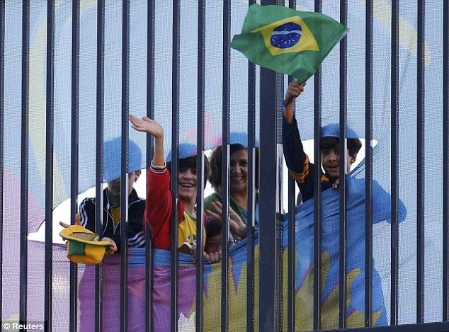 Tuyen Brazil phan khich truoc tran ra quan o World Cup hinh anh 4