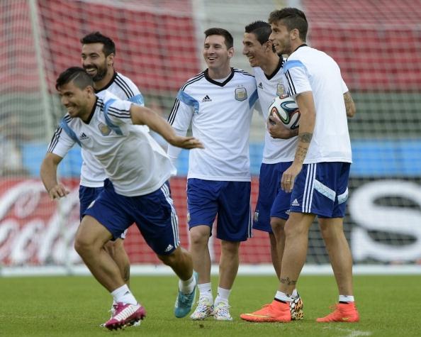 Messi cuoi hon ho truoc tran cuoi vong bang World Cup hinh anh 7 a