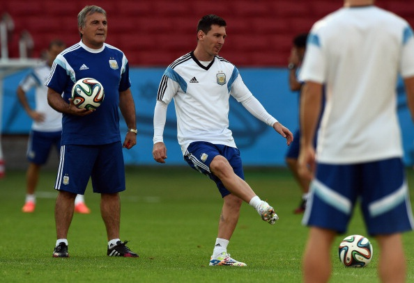 Messi cuoi hon ho truoc tran cuoi vong bang World Cup hinh anh 8 a