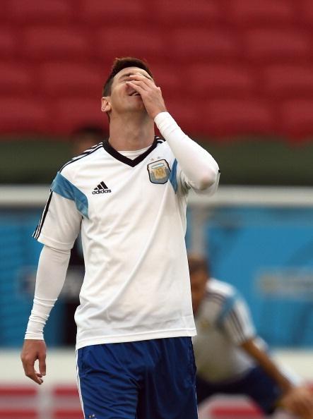 Messi cuoi hon ho truoc tran cuoi vong bang World Cup hinh anh 2 a