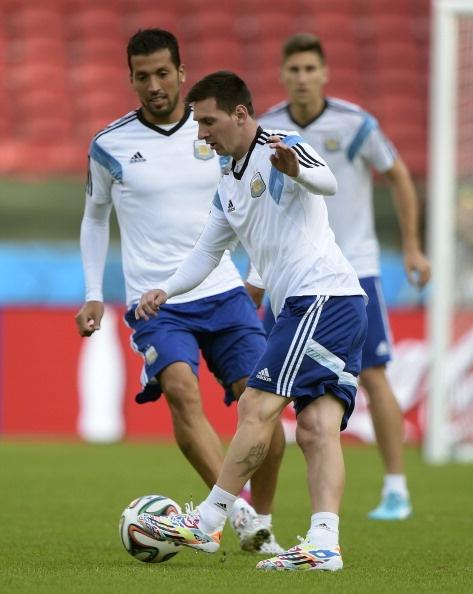 Messi cuoi hon ho truoc tran cuoi vong bang World Cup hinh anh 4 a