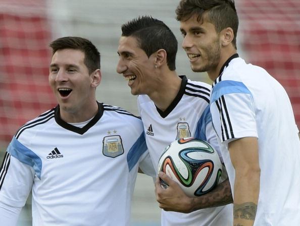 Messi cuoi hon ho truoc tran cuoi vong bang World Cup hinh anh 1 a