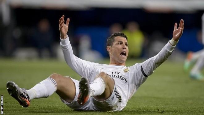 Moi khi be tac, Ronaldo lai an va kiem penalty hinh anh