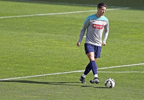 Ronaldo phan khich an mung ban thang tren san tap hinh anh