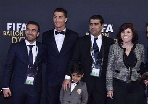 Ban gai khong du le trao giai QBV vi tranh mat me Ronaldo hinh anh