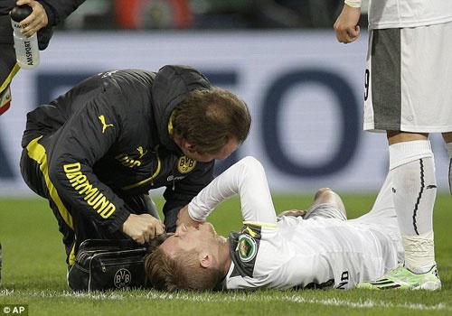 Mat Marco Reus do chan thuong, Dortmund van thang 2-0 hinh anh