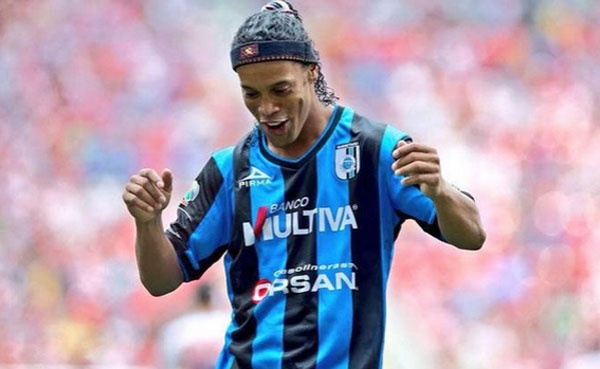 Ronaldinho da phat goc cho dong doi ghi ban hinh anh