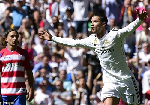 Ronaldo but toc trong cuoc dua giay vang chau Au hinh anh