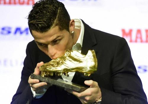 Ronaldo but pha trong cuoc dua giay vang chau Au hinh anh