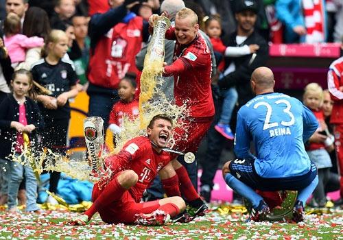 Bayern tam bia mung chuc vo dich Bundesliga hinh anh