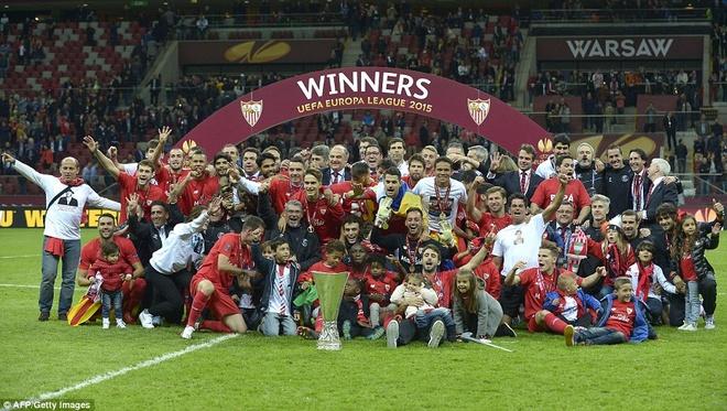 Sir Alex du khan tran Sevilla vo dich Europa League hinh anh