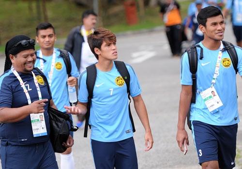 U23 Malaysia tap kin, dung xe tai cho da lanh giai nhiet hinh anh