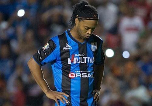 Ronaldinho bi the vang vi choi bong lau ca hinh anh