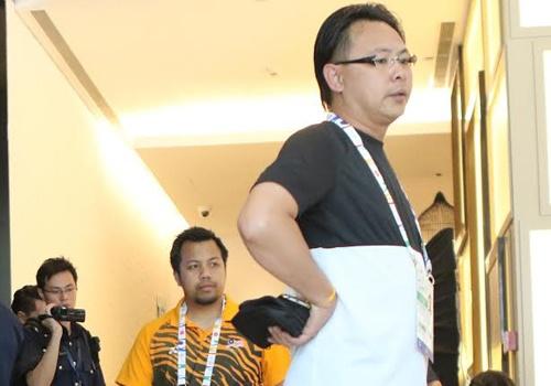 Nhan vien an ninh theo doi U23 Malaysia sau tran thua dam hinh anh