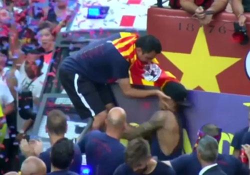 Xavi bat tai Neymar trong le dieu hanh mung chuc vo dich hinh anh