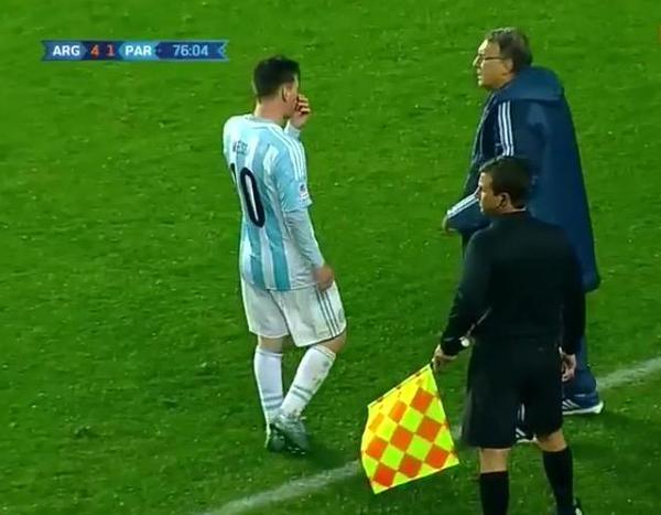 Lionel Messi bi nghi ngo chi dao HLV Martino hinh anh