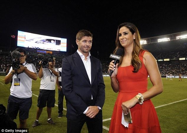 Gerrard tang CDV LA Galaxy 500 chai bia trong ngay ra mat hinh anh