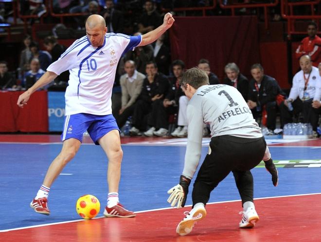 Con trai Zidane doc dien ghi ban trong tran futsal hinh anh