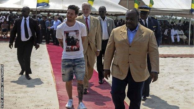 Lionel Messi nhan 3,5 trieu euro tu Tong thong Gabon hinh anh