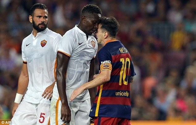 Messi huc dau, tom co cau thu Roma o tran Barca thang 3-0 hinh anh