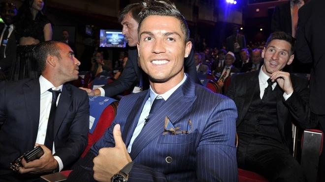 Ronaldo tho o khi Messi nhan giai cau thu xuat sac chau Au hinh anh 2