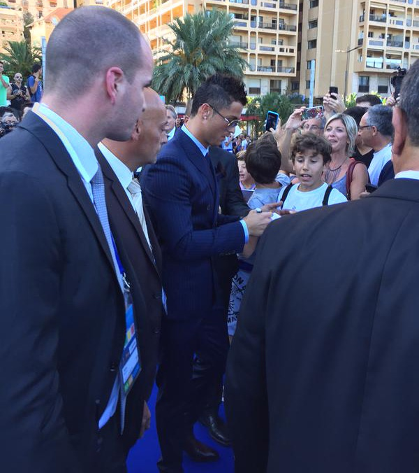 Ronaldo tho o khi Messi nhan giai cau thu xuat sac chau Au hinh anh 11