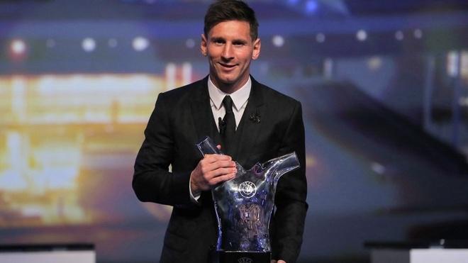 Ronaldo tho o khi Messi nhan giai cau thu xuat sac chau Au hinh anh 5