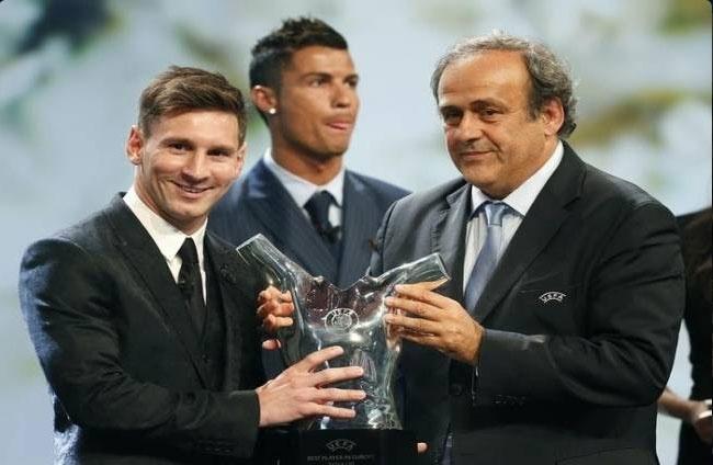 Ronaldo tho o khi Messi nhan giai cau thu xuat sac chau Au hinh anh 1