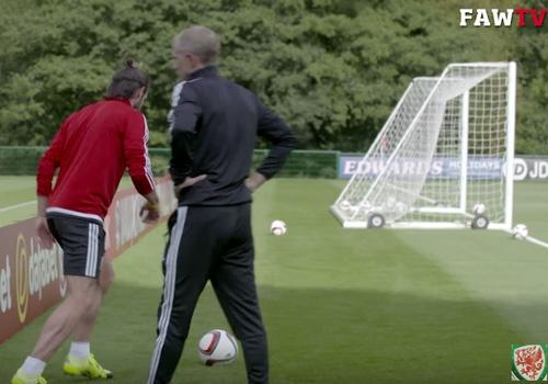 Gareth Bale ghi ban tu phia sau khung thanh hinh anh