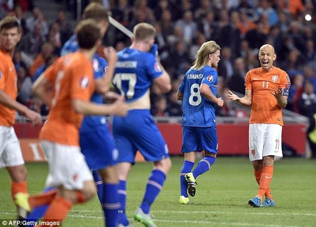Robben noi dong doi ngu ngoc khi DT Ha Lan thua tran hinh anh 1