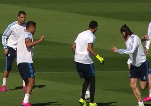 Gareth Bale chuyen bong dieu nghe cho Ronaldo hinh anh