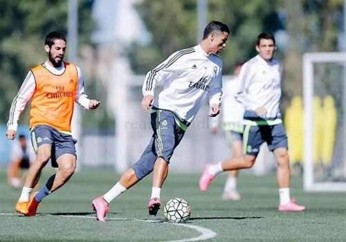 Cristiano Ronaldo khoe ky thuat truoc mat dong doi hinh anh