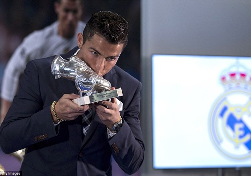 Ronaldo nhan giai dac biet sau khi san bang ky luc cua Raul hinh anh