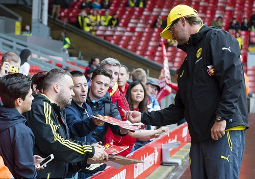 Fan Liverpool chao don Klopp nong nhiet o Anfield nam 2014 hinh anh