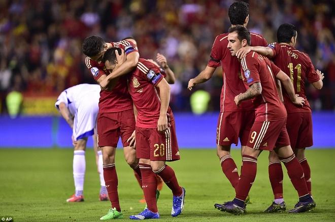 Thang 4-0, DT Tay Ban Nha vuot qua vong loai EURO 2016 hinh anh 6