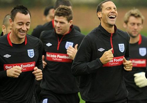 Rio Ferdinand va Terry khoac ao doi cua Sir Alex Ferguson hinh anh